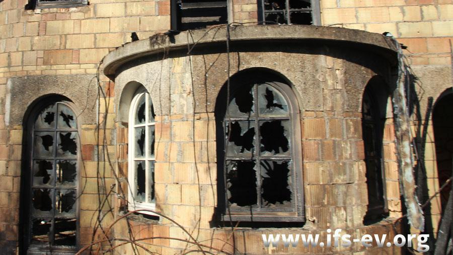Die Fensterscheiben wurden schon vor dem Brand zerstört.