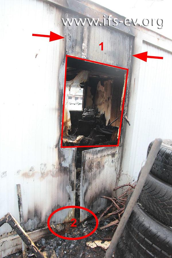 Der Schadenschwerpunkt außen: Es fallen starke Brandschäden über dem Fenster und direkt über dem Boden auf.
