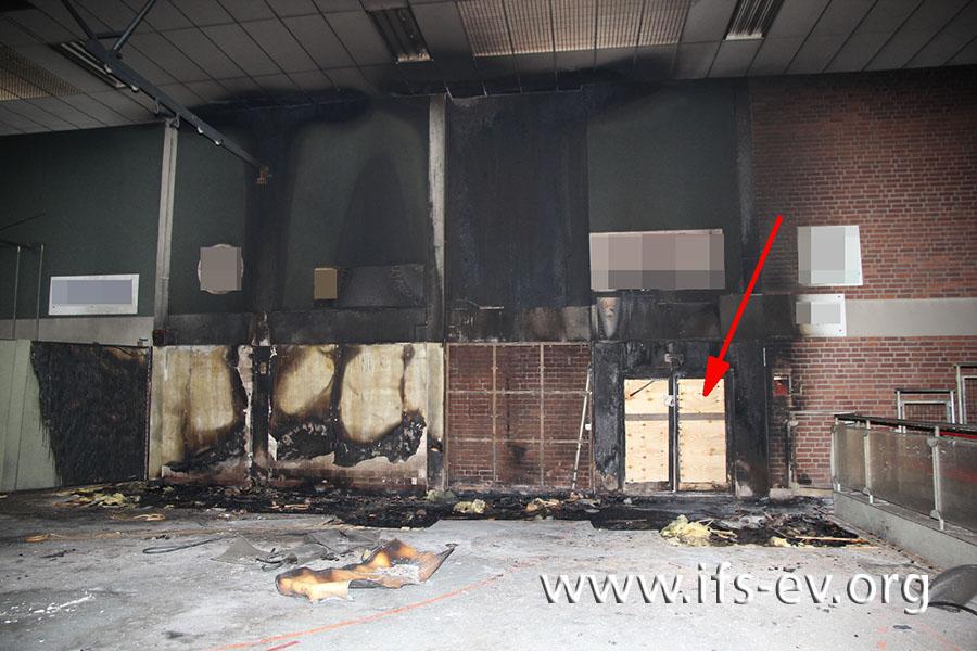 Ausgehend von der markierten Tür hat sich das Feuer ins Innere der Halle ausgebreitet.