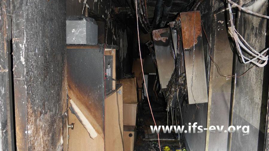 Blick in den Kellerflur, in dem das Feuer gelegt wurde.