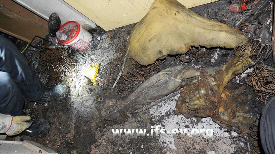 Reste einer verbrannten Matratze im Brandbereich