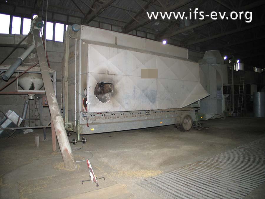 Die Trocknungsanlage: Während der Löscharbeiten wurde eine Öffnung in das Gehäuse geschlagen.