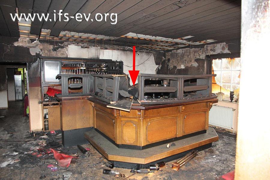 Direkte Brandschäden gibt es ausschließlich im Bereich des Tresens. Der Pfeil markiert die Stelle, an der das Feuer entstanden ist.