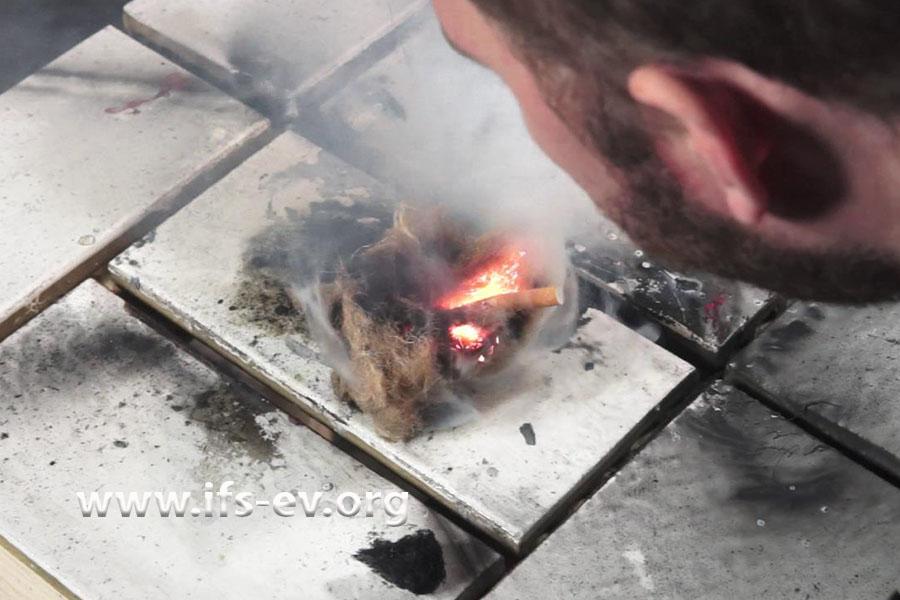 Brandversuch mit einer Probe des Dämm-Materials