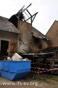 Das Feuer hat sich bis auf das Scheunendach ausgebreitet.