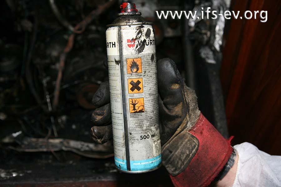 Warnhinweise auf der Spraydose mit dem Bremsenreiniger
