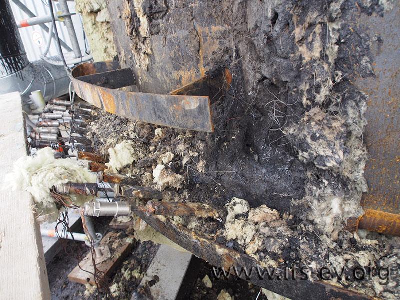 Die Brandschäden am unteren Tank reichen bis zu den Heizstäben (links).