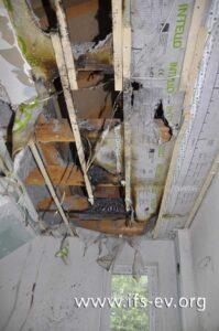 An der Badezimmerdecke gibt es mehrere Brandschwerpunkte.