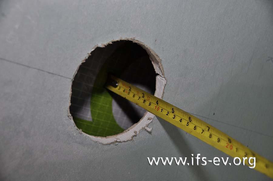 Die Einbautiefe von der Vorderkante der Gipskartonplatte bis zur Dampfbremse beträgt in der Dachschräge zehn Zentimeter.