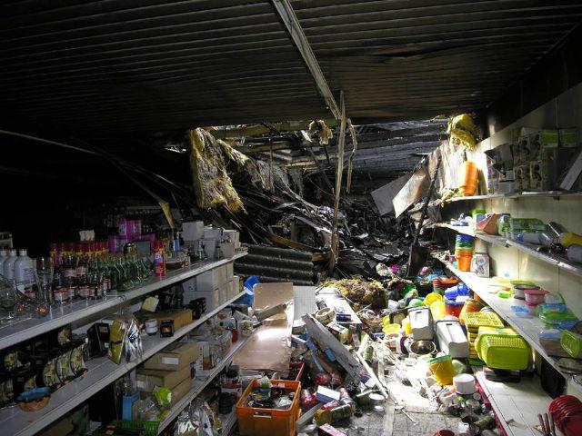 Blick durch Verkaufsraum auf ein zerstörtes Lager