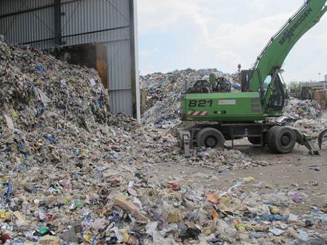 Heterogenes Lagergut in einem Recyclingbetrieb.