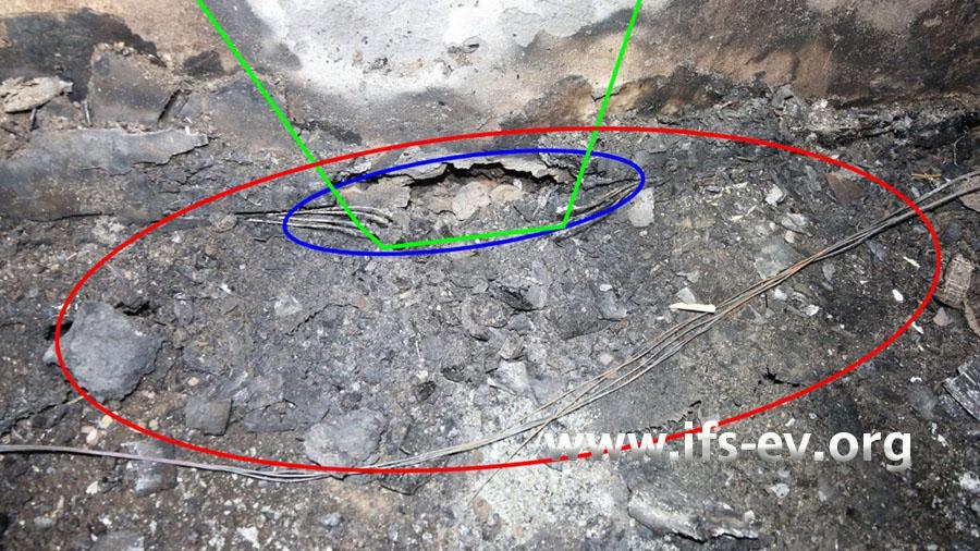 Im blau markierten Abschnitt ist die Sockelleiste verbrannt; die grüne Markierung zeichnet einen Brandtrichter nach, der an dieser Stelle fußt.