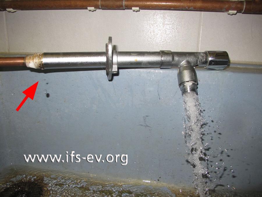 Bei der Dichtigkeitsprüfung tritt an der Gewindeverbindung von Ventilrohr und Anschluss-Stück Wasser aus (Pfeil).