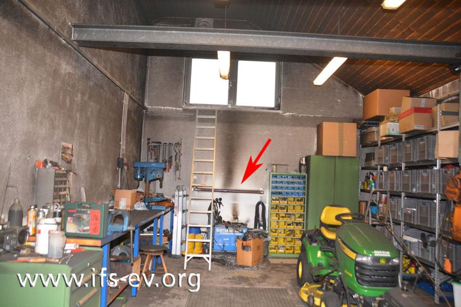 An der hinteren Wand der Werkstatt ist der Rippenrohr-Heizkörper montiert.