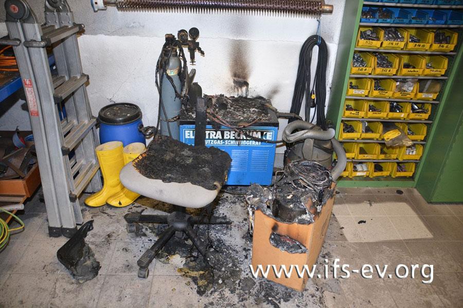 Blick auf den Brandbereich: Auf dem Schweißgerät liegen verbrannte Reste von Textilien.