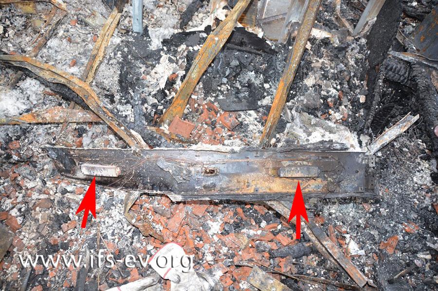 Direkt neben der Durchbrennung liegt im Brandschutt die Leuchtstoffröhrenleuchte mit zwei Vorschaltgeräten.