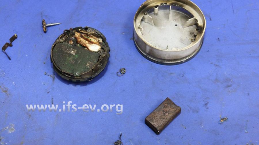 Der Rauchmelder wird im Elektrolabor untersucht.