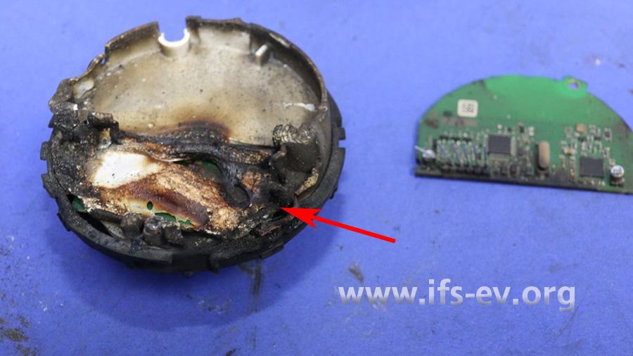Die stärksten Brandschäden liegen in dem Bereich, in dem die Batterie montiert war.
