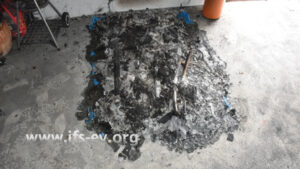 Am ersten Brandschwerpunkt sind nur die Reste einer Kunststoffpalette und der Golf-Trolleys zu erkennen.