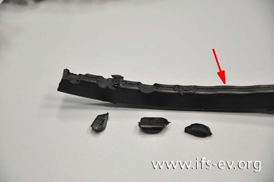 Aus der beschädigten Dichtung ist Material herausgebrochen; rechts im Bild ist eine Aufquellung markiert.