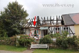 Die brandbetroffenen Doppelhaushälfte: Der Pfeil markiert den Schadenschwerpunkt auf Höhe des Ringbalkens.