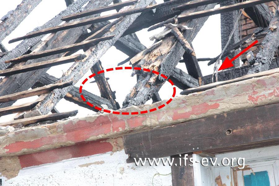Detailaufnahme des Brandschwerpunktes (Ellipse); im Hintergrund sind die elektrischen Leitungen zu erkennen, die ursprünglich durch den Brandschwerpunkt verliefen.