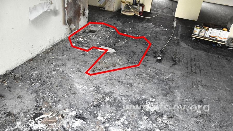 Im Brandschwerpunkt wurde das Parkett durch die Feuerwehr entfernt (Umrandung)