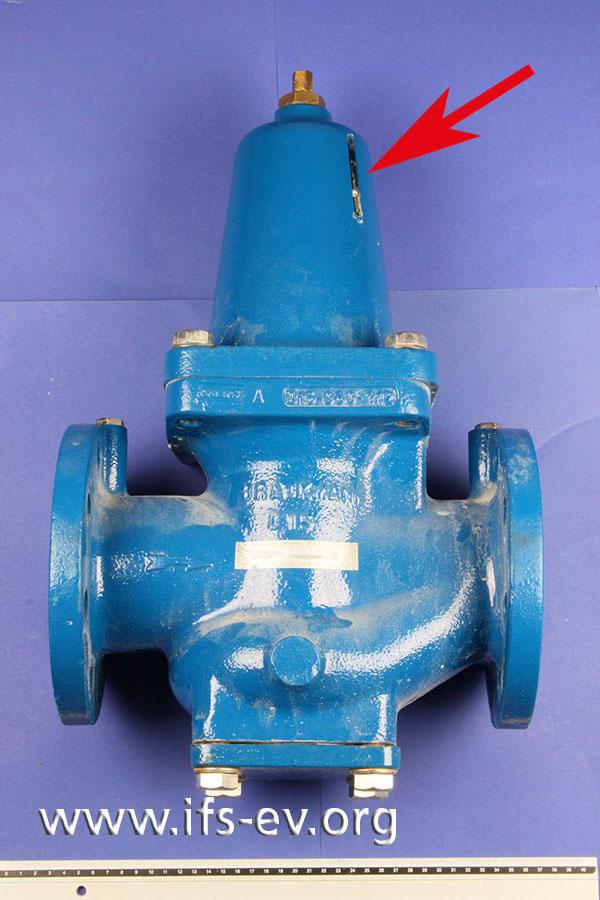Der defekte Druckminderer wird im Labor untersucht. Das Wasser ist an der Federhaube aus der Aussparung für die Anzeige des Federvordrucks gelaufen.
