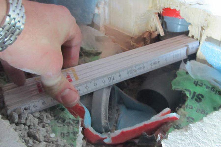 Zwischen den beiden Rohren gibt es einen Höhenunterschied von 2 cm.