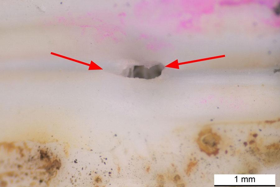 Ein Wanddurchbruch in der äußeren Kunststoffschicht