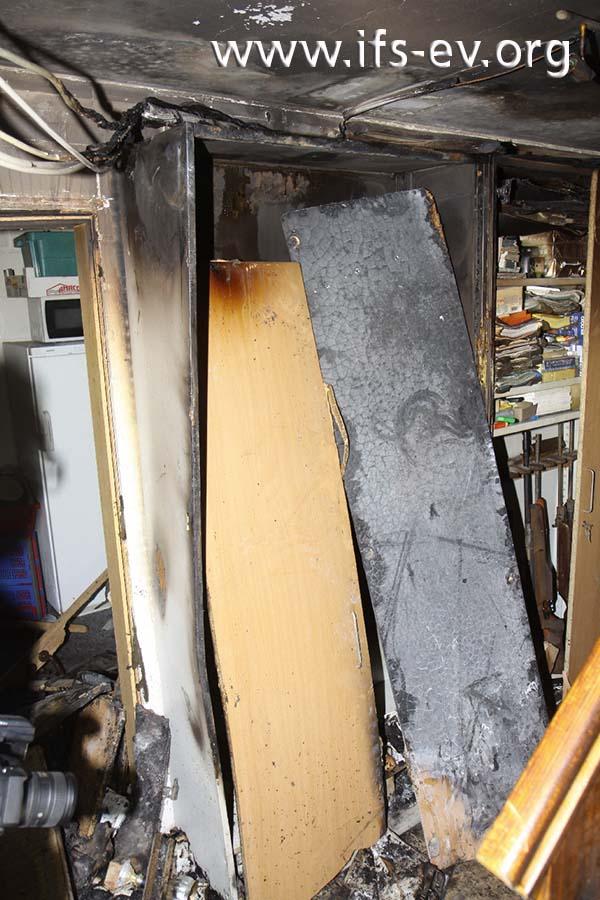 Die rechte Schranktür wurde umgedreht und zeigt die verbrannte Innenseite.