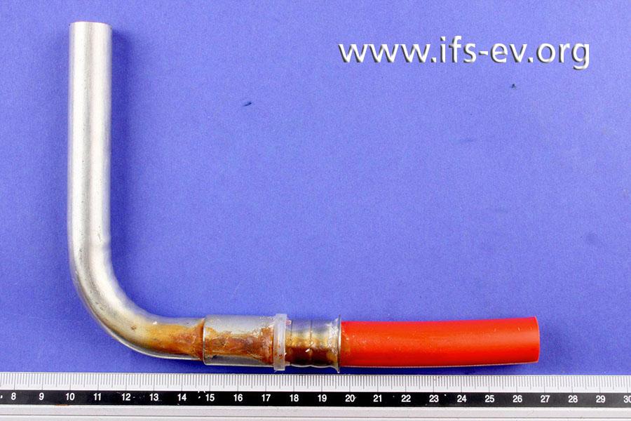An dem betroffenen Rohrleitungsabschnitt befinden sich braune Ablagerungen auf der Presshülse, dem Messingübergang und dem angrenzenden Kupferrohr.