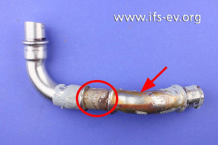 Das kurze Rohrstück zwischen den beiden Bögen ist korrodiert; an dem 45°-Bogen rechts sind lediglich Ablaufspuren zu sehen (Pfeil).