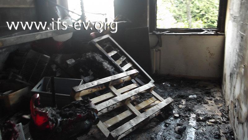 Der Brandraum: Die Wannen standen auf Pappe und Holzpaletten.