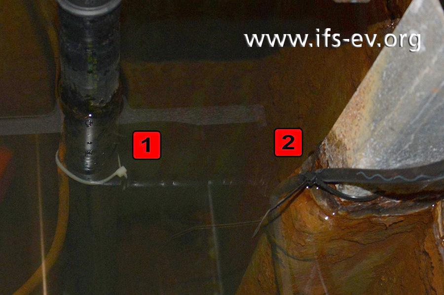 Der Schwimmerschalter für die Schwimmbadpumpe ist mit einem Kabelbinder an einem runden, glatten Mehrschichtverbundrohr befestigt (1) – der des Frischwasserzulaufes an einer eckigen Strebe (2).