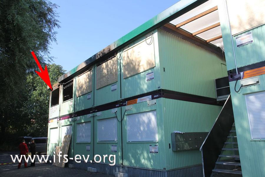 Die Unterkunft ist ein aus Containern zusammengesetztes Gebäude. Das Feuer entstand in der Einheit oben links.