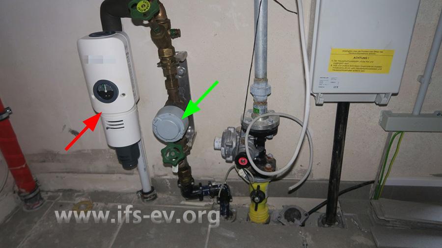 Zum Ortstermin ist am Hausanschluss direkt hinter dem Wasserzähler (grüner Pfeil) ein Rückspülfilter mit Druckminderer (roter Pfeil) eingebaut.