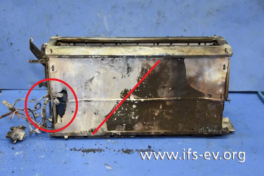 Im Bereich der Steuerung (Kreis) ist das Gerät am stärksten beschädigt. Die Linie zeichnet nach, dass sich der Brand von dort schräg nach oben ausgebreitet hat.