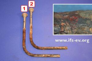 Die beiden Rohrbögen werden im Labor untersucht. Das kleine Foto zeigt einen korrodierten Bereich mit Wanddurchbruch in der Nahaufnahme.