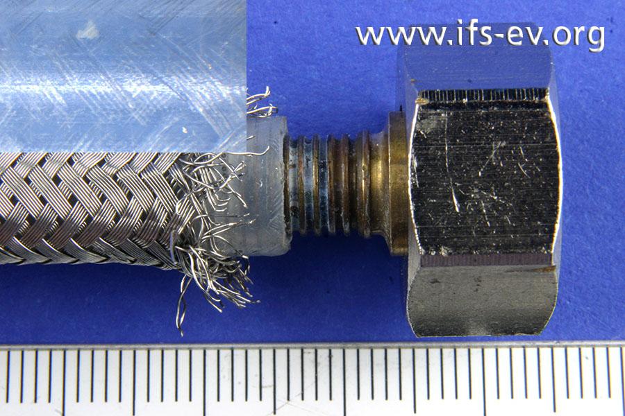 Die getrennte Pressverbindung; oben links ist eine Detailansicht der Pressmarken auf dem Innenschlauch zu sehen.
