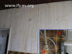 Das kleine Bild zeigt die getrennte Klemmringverbindung aus dem ersten Stock und das große die Ablaufspuren in der Wohnung darunter.