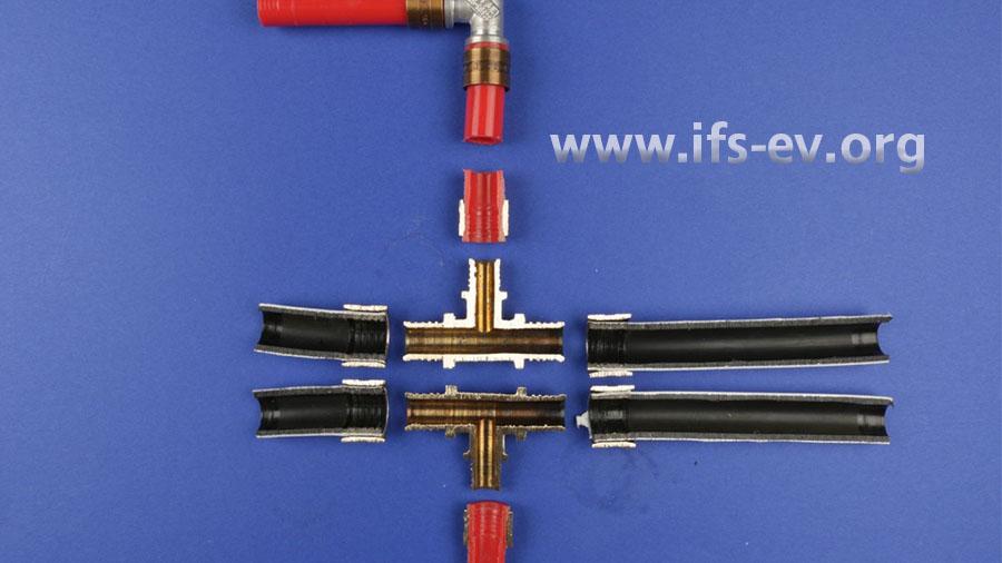 Im Labor wird der Rohrleitungsabschnitt im Bereich des T-Fittings der Länge nach aufgetrennt.
