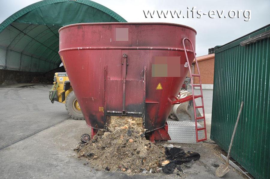 Der Vorratsbehälter der Biogasanlage hat lediglich ein paar Rußablagerungen abbekommen.