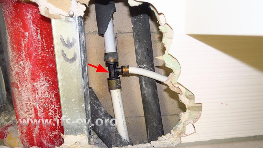 Das schadenursächliche T-Stück hinter der geöffneten Vorwandkonstruktion