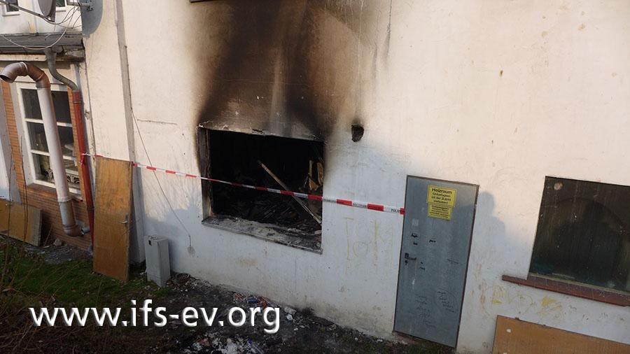 Über dem einzigen Fenster der Brandwohnung ist eine Rußfahne zu sehen.