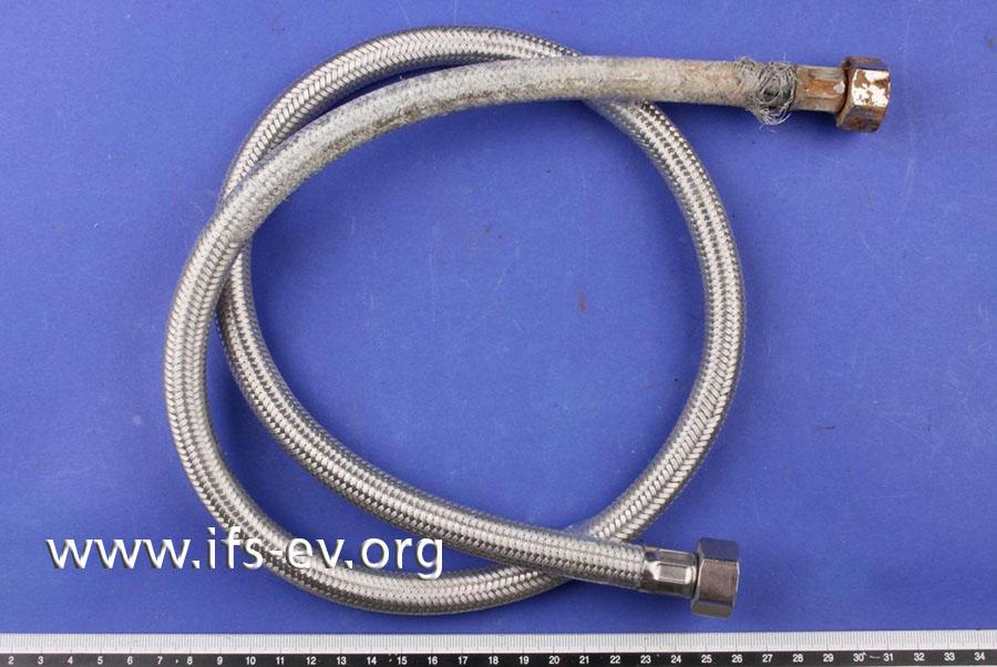 Der flexible Anschluss-Schlauch wird im Labor untersucht.