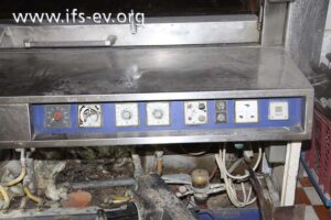 Die Schalttafel und darunter der geöffnete Brennerbereich des Ofens
