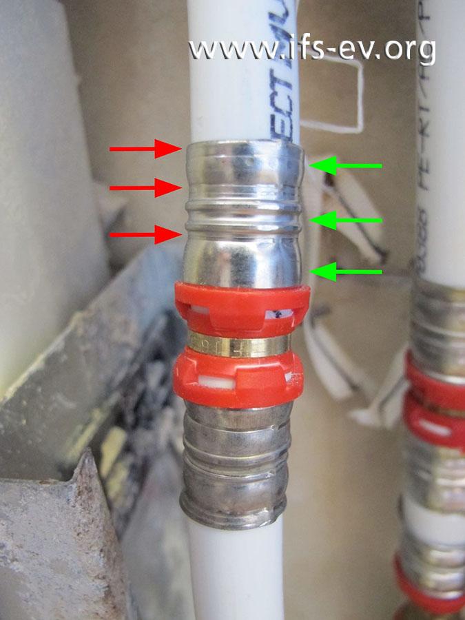 An dieser Verbindung der reparierten Leitung wurde das Werkzeug falsch angesetzt: Die roten Pfeile markieren die Presskontur; die grünen Pfeile zeigen, wo diese eigentlich sein sollte.