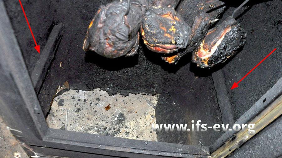Blick in den nach unten offenen Räucherschrank: Die markierten Holzleisten dienen als Halterung für den Metallbehälter.