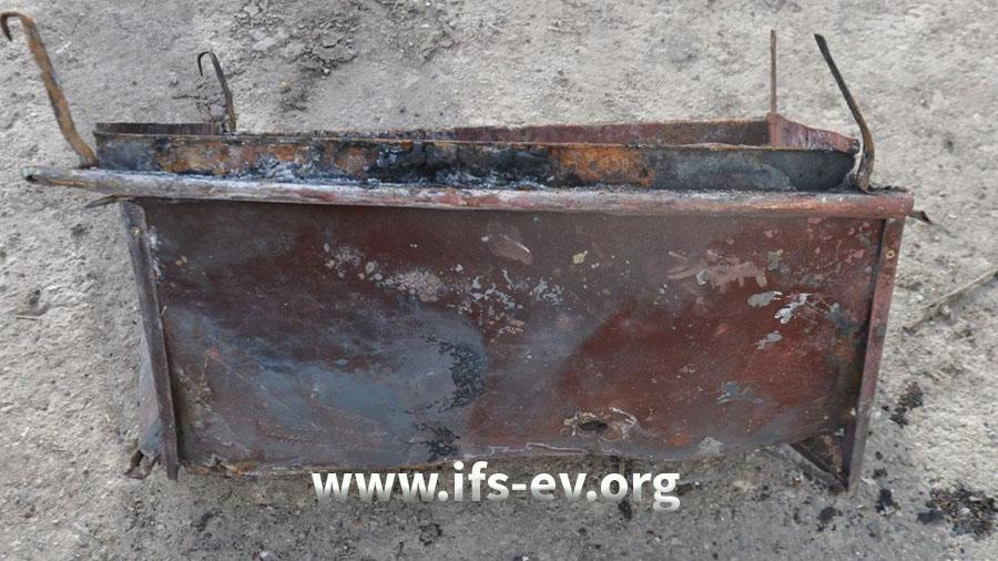 In diesen Metallbehälter wurden zum Räuchern glühende Holzkohle und Sägespäne gefüllt.